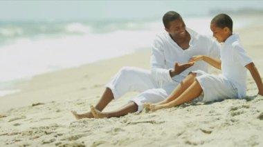Etniczne ojca syn spędzać czas plaży — Wideo stockowe