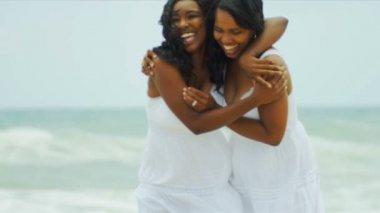 Mãe amorosa étnica e sua filha juntas de ligação na praia — Vídeo Stock