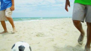 Felice diversi amici praticando il calcio in vacanza dall'oceano — Video Stock