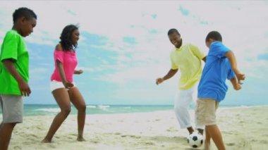 Americanas Africano crianças desfrutando de futebol chutando de verão com o pai na praia — Vídeo stock