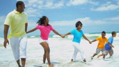Summer vacation of ethnic family splashing in ocean surfs — Stock Video