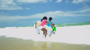 族裔父母持有手在海洋区域资源中心在一起玩耍的孩子 — 图库视频影像