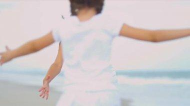 Kaukasische bovenliggende bonding samen jonge dochter door oceaan — Stockvideo