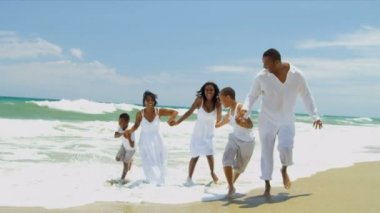 Ethnic daughter and sons have fun with loving parents on beach — Stock Video
