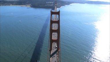Vista aérea do tráfego de estrada, cruzando a ponte golden gate — Vídeo Stock