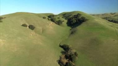 Aerial view of rolling countryside — Stok video