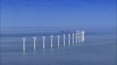Luchtfoto van oceaan windturbines — Stockvideo