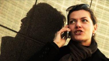 Affärskvinna på mobil i staden med eftertanke — Stockvideo