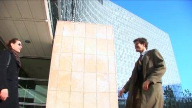 Business couple in city meeting handshake — Stock Video
