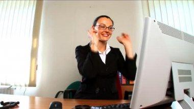 成功した日を過ごしている若いビジネス女性 — ストックビデオ