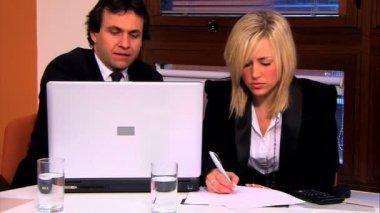 ビジネスマンやオフィスで働いている助手 — ストックビデオ
