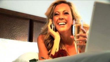Atrakcyjny blond kobieta na jej łóżko hotel — Wideo stockowe