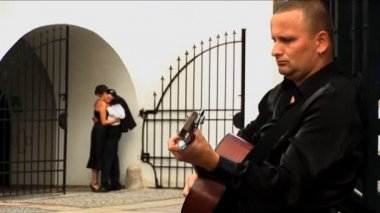 Romantic European couple in love with guitar player — Vídeo de stock