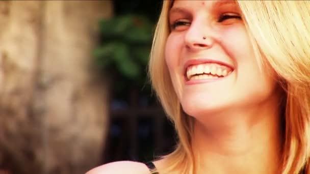 Atrakcyjna para mówić & flirty na zewnątrz z bliska — Vídeo de stock