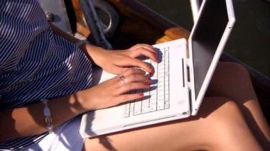 Krásná blondýnka s laptopem na palubě luxusní jachty — Stock video