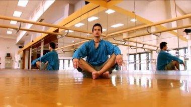 Young man practising yoga — Stock Video
