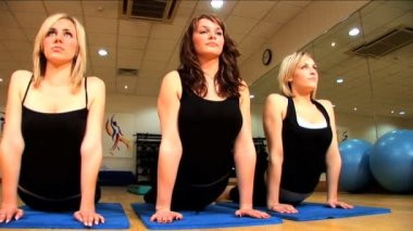 Beautiful young girls exercising at a gym — Stock Video