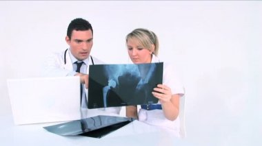 Healthworkers analyzing x-ray — Стоковое видео