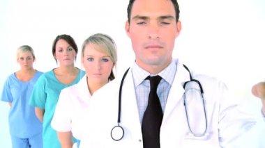equipe médica - médico segurando o toque do despertador — Vídeo Stock #19410955