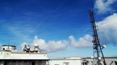 Wieża łączności i stacji — Wideo stockowe