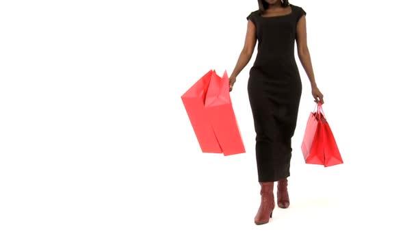 Elegante mujer africana tiene un exitoso día de compras — Vídeo de stock