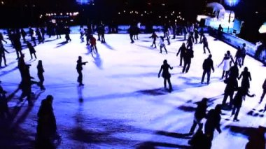 Winter outdoor ice skating with crowds of in silhouette — Stock Video