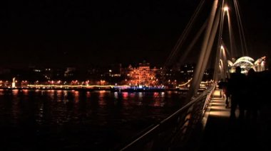 London skyline at night with crossing River Thames by bridge — Vídeo Stock
