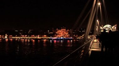 London skyline at night with crossing River Thames by bridge — ストックビデオ