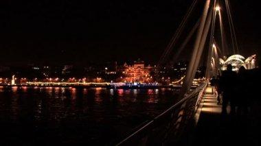 Skyline de londres dans la nuit avec traversant la tamise par pont — Vidéo