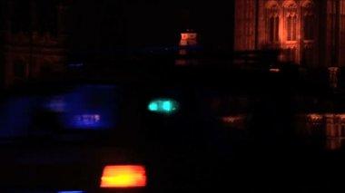 Policie a záchranka vozu světla blikají v noci — Stock video