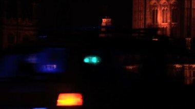 Polis och ambulans bil lampor blinkar på natten — Stockvideo