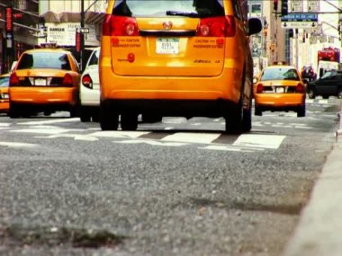 Yellow cabs on the streets of New York — Stock Video