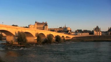 Bridge over Loire river towards Chateau d'Amboise — Stock Video