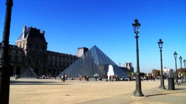 Glass pyramid and the Louvre Museum — Stock Video