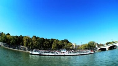 Sightseeing cruise on the River Seine — Stockvideo