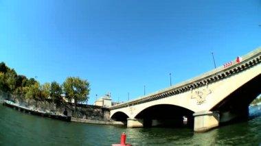 Bron över floden seine från en sightseeing kryssning — Stockvideo