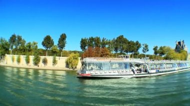 Wide-angle views from sightseeing cruise on the River Seine — Stockvideo