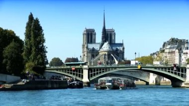 Notre Dame cathedral, from a cruise on River Seine — ストックビデオ