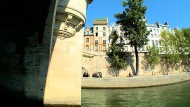 Vistas de paris, frança, de turismo de cruzeiro no rio sena — Vídeo Stock