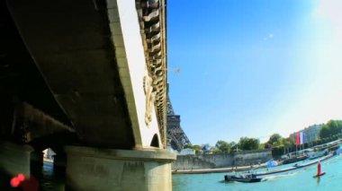 Výhled na paříž francie z okružní plavbu na řeku seinu — Stock video