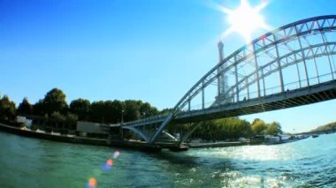 Distant view of Eiffel Tower from the river Seine — Vídeo Stock