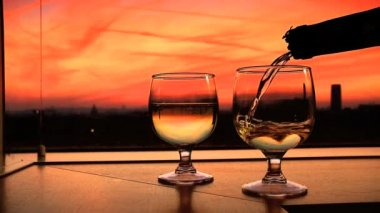 тост для романтики в париже, франция — Стоковое видео