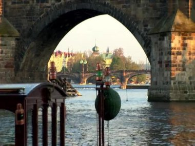 Pedestrian traffic on a bridge crossing the river in Prague — Stock Video