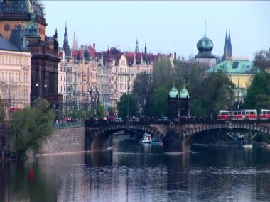Public transport on a bridge crossing the river in Prague — Stock Video