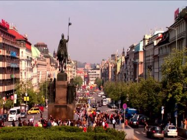 Statues & busy main streets in Prague — Stock Video