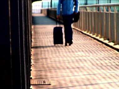 Commuter passeren de luchthaven terminal — Stockvideo