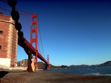 Tower & metal structure of San Francisco's Golden Gate Bridge — Stock Video