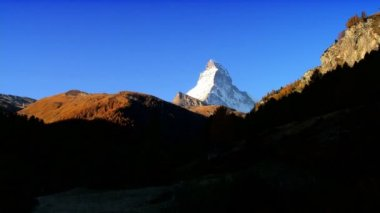 Time-lapse light over the Matterhorn & alpine meadow — Stockvideo
