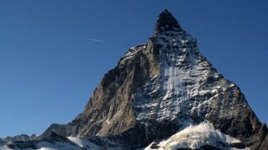 Vapour trail behind stunning close-up of Matterhorn — Stock Video