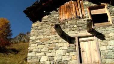 Stone barn in alpine meadow in fall with the Matterhorn — Stock Video